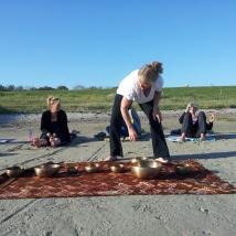 klankschalen meditatie op het strand.